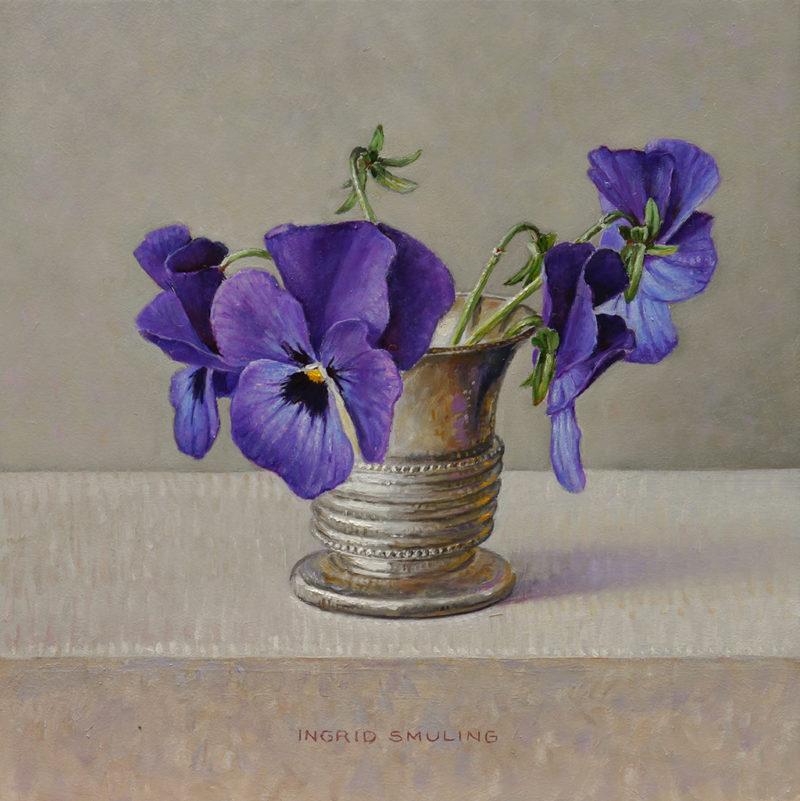 Ingrid Smuling Paarsblauwe viooltjes, olieverf op paneel, 15 x 15